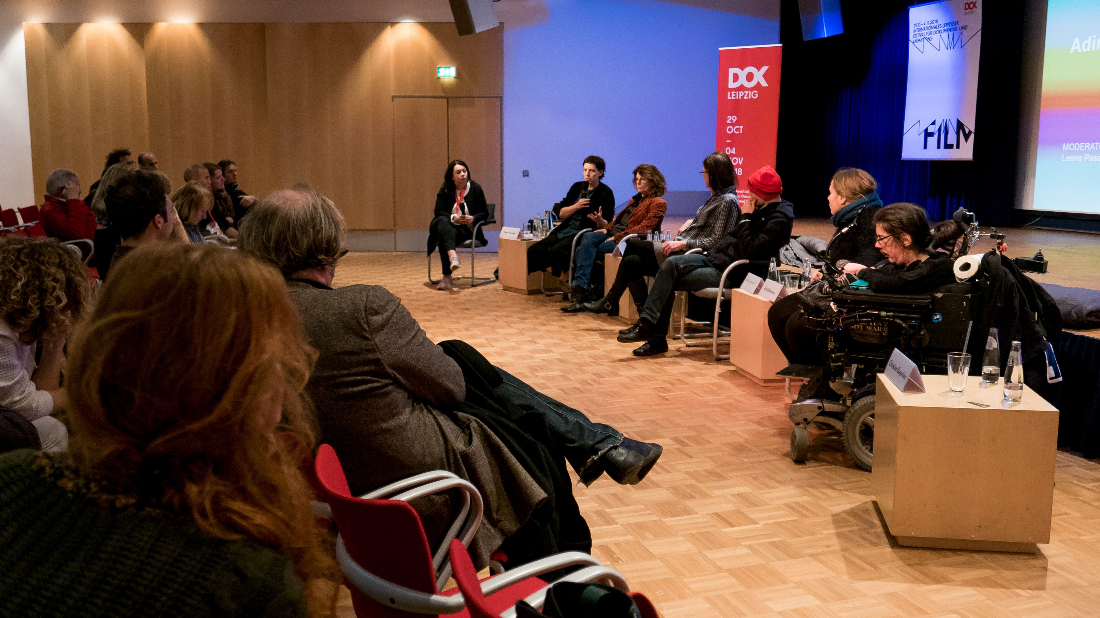 Film Talk mit Adina Pintilie und ihren Protagonistinnen und Protagonisten, darunter ein Mann im Rollstuhl.