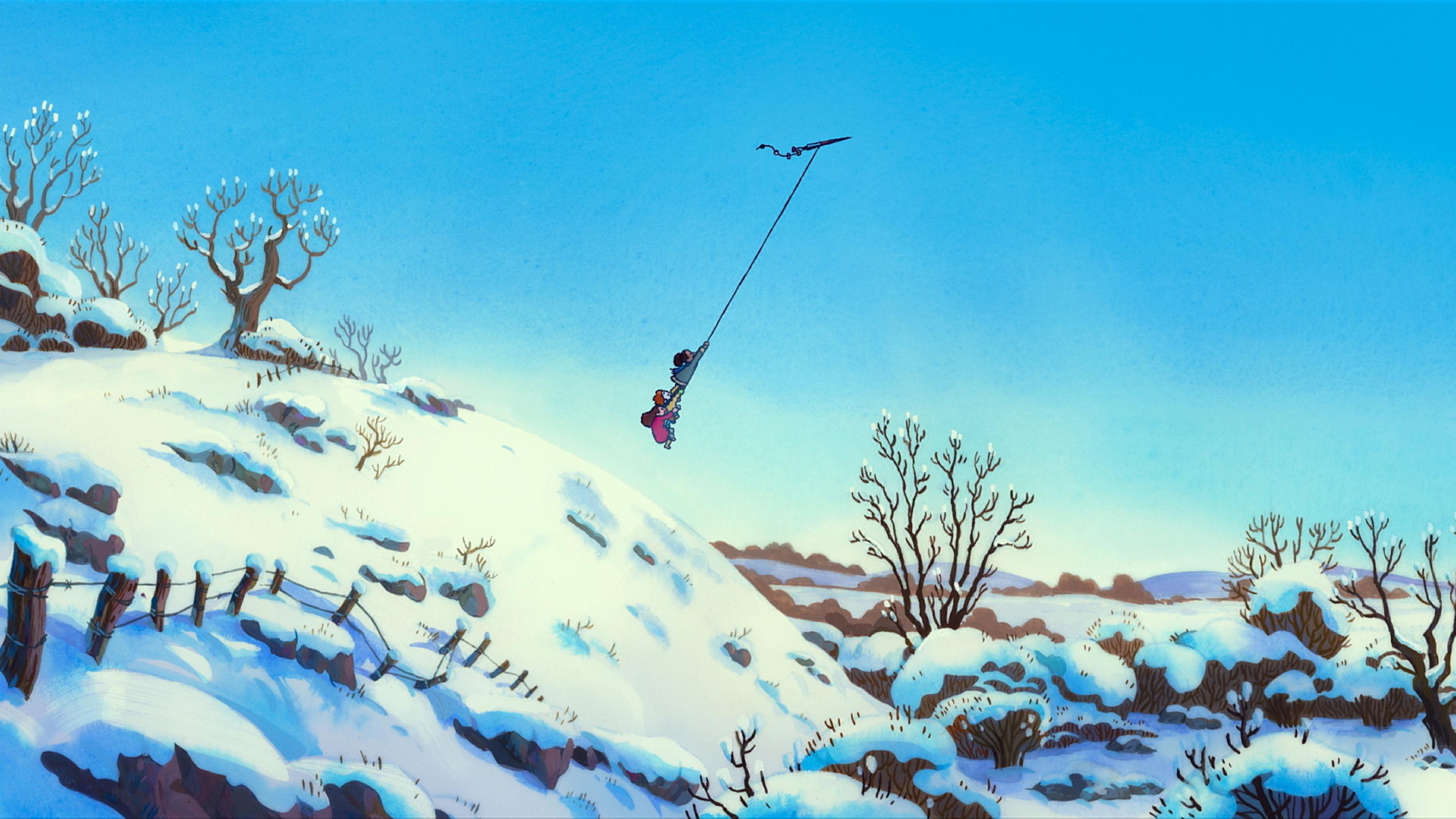 Über einer schneebedeckten Hügellandschaft fliegen drei dick angezogene Kinder, die sich an der Schnur eines Drachenflieger festhalten